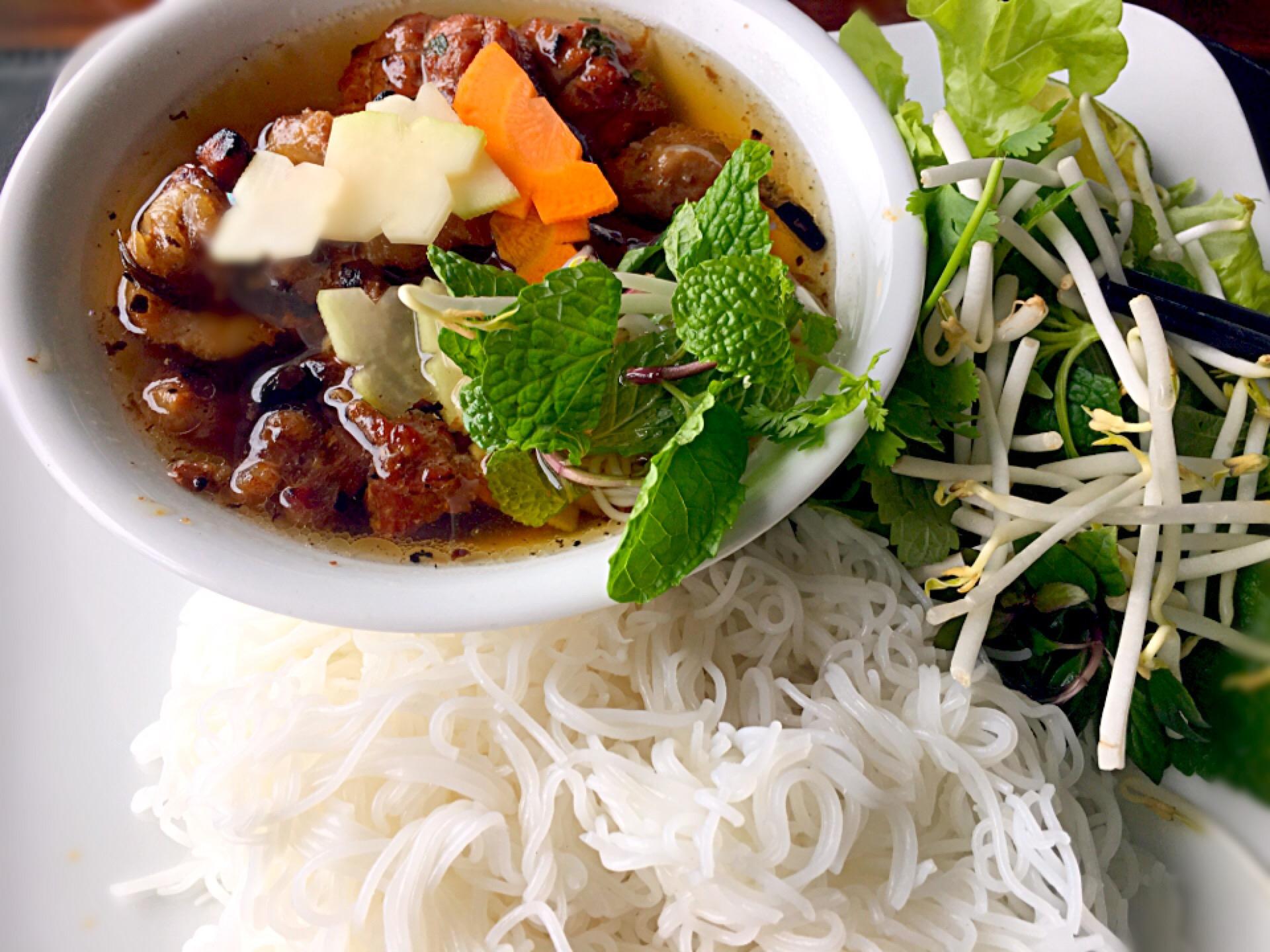 ベトナムの定番つけ麺♪ ブンチャーの食べ方やフォーとの違いを解説