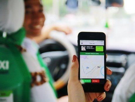 Verwenden einer App, um eine Taxifahrt zu buchen