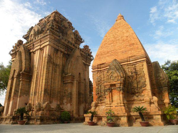 Khu di tích tháp Poshanư gồm 3 tòa tháp: 1 tháp chính và 2 tháp phụ